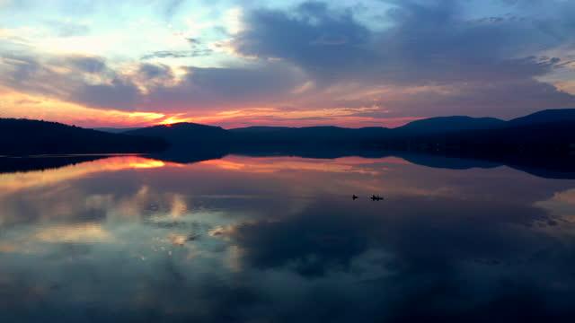 veduta aerea di persone che kayak su lac st-joseph, quebec, canada al tramonto - canoa video stock e b–roll
