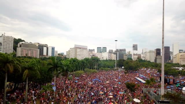 vidéos et rushes de aerial view of people out on the streets celebrating carnival in rio de janeiro, brazil. - rio de janeiro