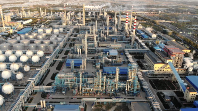 aerial view of petrochemical plant - industria petrolifera video stock e b–roll