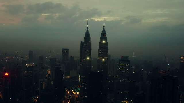 ペトロナスタワーの上空表示-クアラルンプール-マレーシア - メナラクアラルンプールタワー点の映像素材/bロール