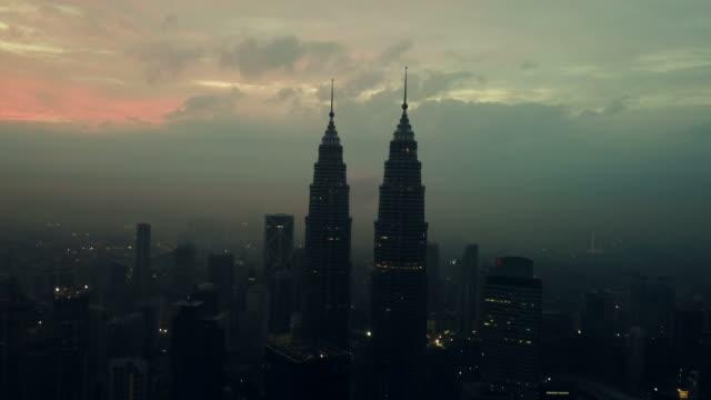 vídeos de stock e filmes b-roll de aerial view of petronas towers - kuala lumpur - malaysia - torre de menara kuala lumpur