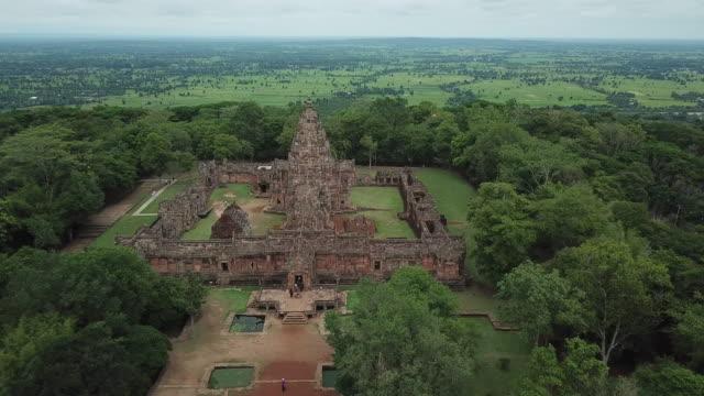 luftaufnahme des phanom rung sandstein schloss historischen park in buri ram provinz thailand - ziegel stock-videos und b-roll-filmmaterial