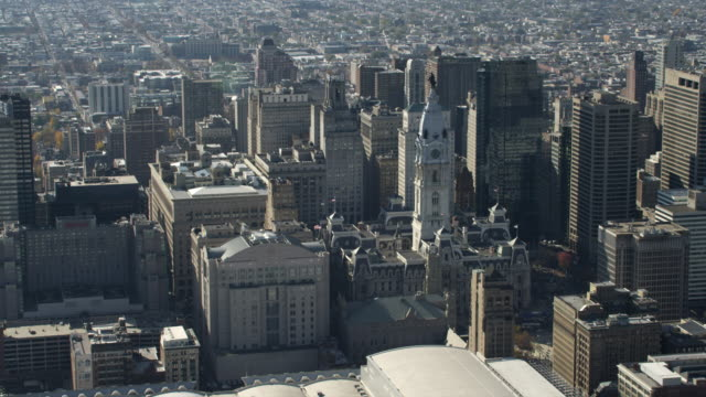 aerial view of philadelphia city hall and downtown. shot in 2011. - rathaus von philadelphia stock-videos und b-roll-filmmaterial