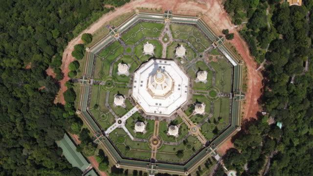 タイのロイエト州プラマハチェディチャイモンコルまたはファナムティプ寺院の空中写真。 - 仏塔点の映像素材/bロール