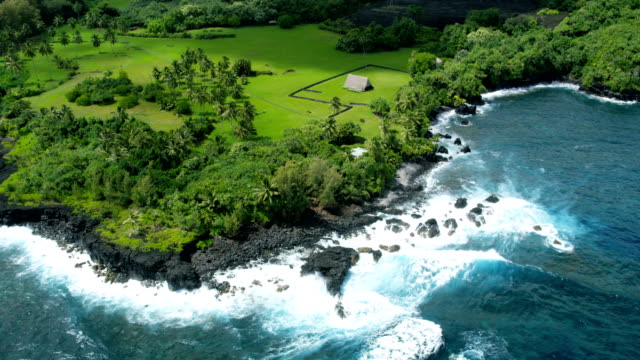aerial view of piilanihale heiau ancient ruin maui - hawaii inselgruppe stock-videos und b-roll-filmmaterial