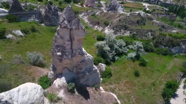 vídeos de stock e filmes b-roll de aerial view of plains with rocks pointing upwards - exposto ao ar