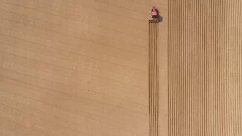 vídeos y material grabado en eventos de stock de vista aérea de arar los campos - campo arado