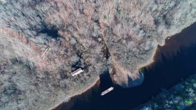 Luftaufnahme der Pocono Mountains, Appalachen, in späten sonnigen Herbsttag. Die verlassene alte Brücke abgerissen über Hickory laufen Fluss