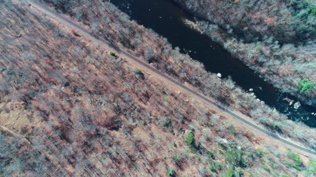 Luftaufnahme der Pocono Mountains, Appalachen, in späten sonnigen Herbsttag. Die Hickory-Fluss