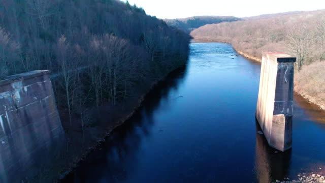 flygfoto över pocono mountains, appalacherna, i sent hösten solig dag. den övergivna rivs gamla bron över hickory run river - poconobergen bildbanksvideor och videomaterial från bakom kulisserna