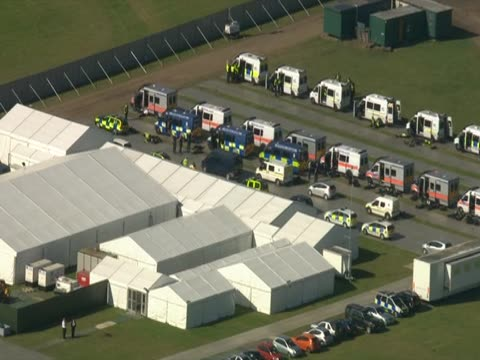 aerial view of police cars parked in a field near the travellers' site dale farm essex - デールファーム点の映像素材/bロール