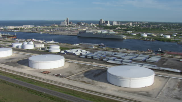 vídeos de stock, filmes e b-roll de aerial view of port of corpus christi and oil and gas industrial plant with harbor bridge and bay, texas. - baía