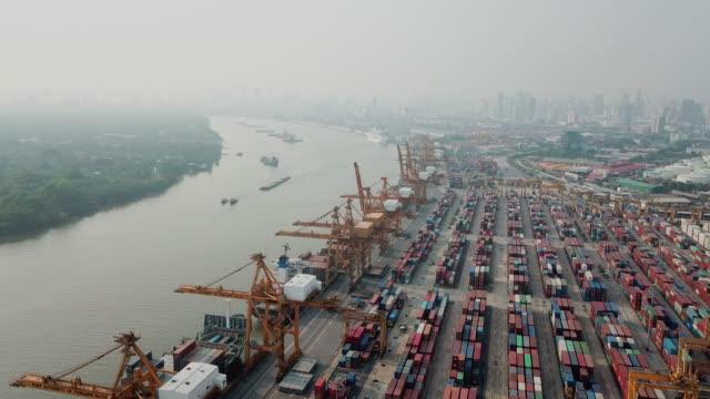 Luftbild des Hafens mit Container ship