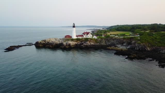 vídeos de stock e filmes b-roll de aerial view of portland head lighthouse, maine, usa - farol estrutura construída