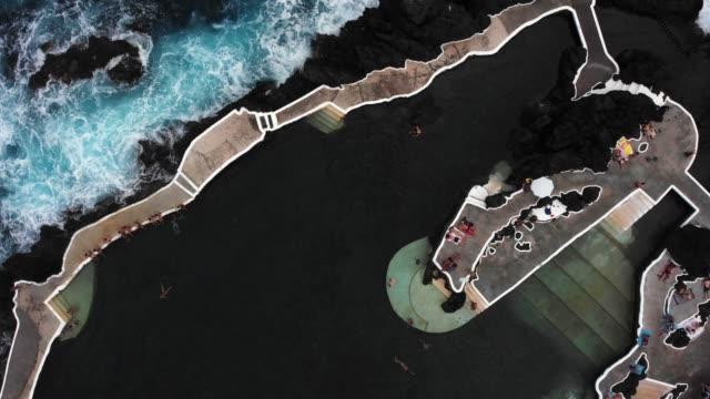 utsikt över porto moniz naturliga pooler, madeira, portugal - utebassäng bildbanksvideor och videomaterial från bakom kulisserna