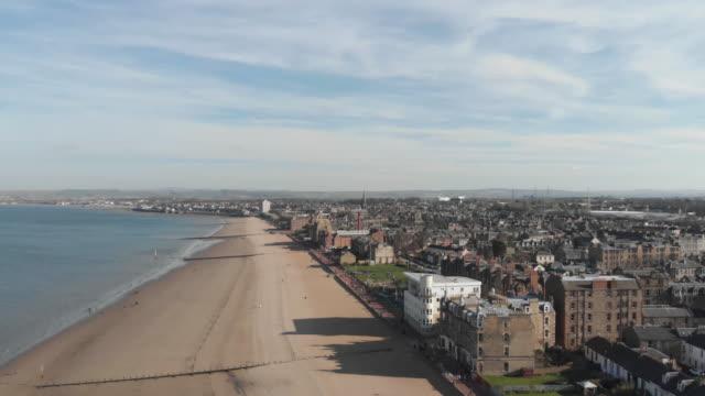 vídeos de stock e filmes b-roll de aerial view of portobello beach edinburgh scotland - portobello