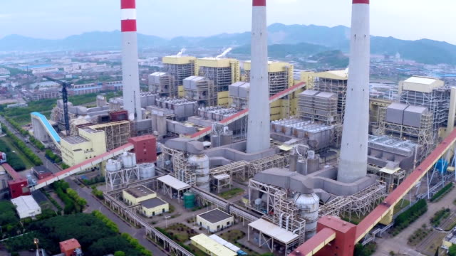 空から見た電力発電所で昼間の作成 - 発電所点の映像素材/bロール