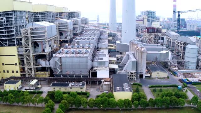 luftbild von power station energie in den tag - kraftwerk stock-videos und b-roll-filmmaterial