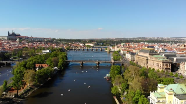vídeos de stock e filmes b-roll de aerial view of prague - república checa