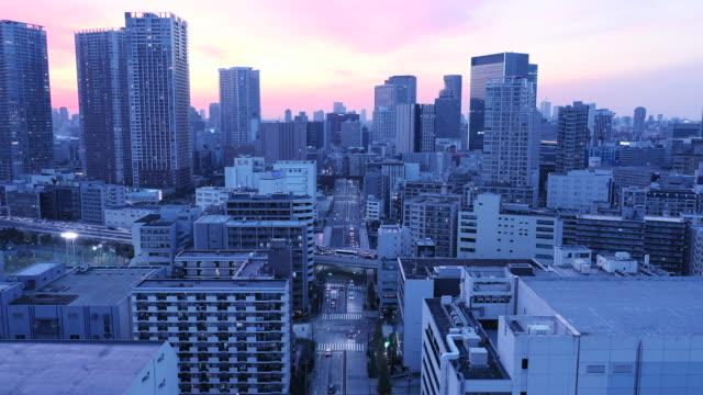 stockvideo's en b-roll-footage met luchtfoto van de belangrijkste stad in de schemering - dwarsweg