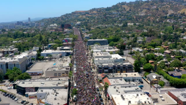 vidéos et rushes de vue aérienne de la protestation à hollywood - hollywood california
