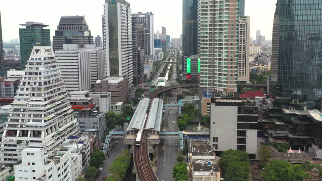 vídeos de stock e filmes b-roll de aerial view of public transportation in center of bangkok - bangkok