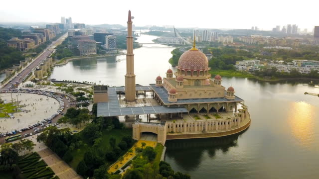 vídeos de stock e filmes b-roll de aerial view of putra mosque in kuala lumpur,  a planned city and the federal administrative centre of malaysia - malaysian culture