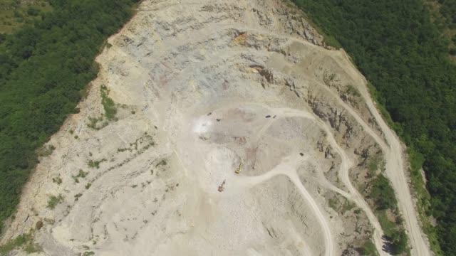 veduta aerea della cava sul pendio della montagna - marmo roccia video stock e b–roll
