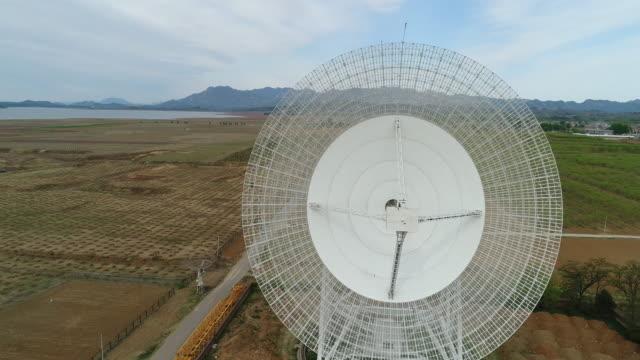 stockvideo's en b-roll-footage met aerial view of radio telescope in china - astronomietelescoop