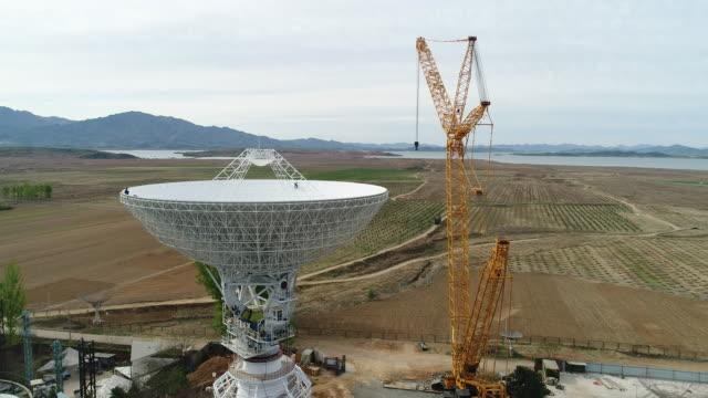 aerial view of radio telescope in china - astronomiskt teleskop bildbanksvideor och videomaterial från bakom kulisserna