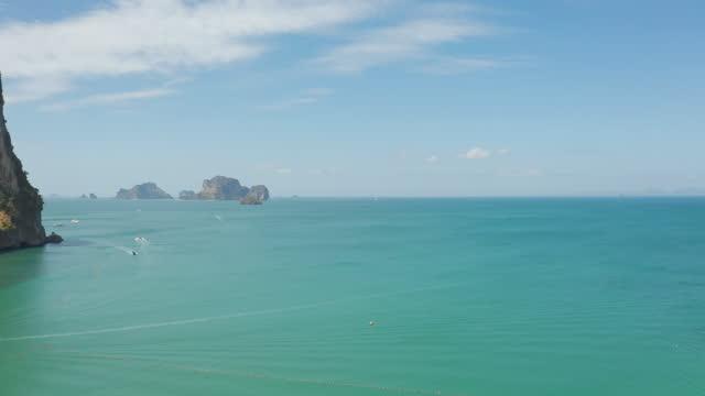 stockvideo's en b-roll-footage met lucht mening van het strand van railay dat van een drone wordt gezien één van de beroemdste luxueuze strand van thailandin de zomer zonnige dag in krabi, thailand. - sunny