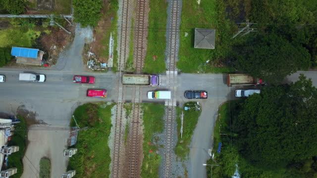 vídeos de stock, filmes e b-roll de vista aérea da passagem - sinais de cruzamento