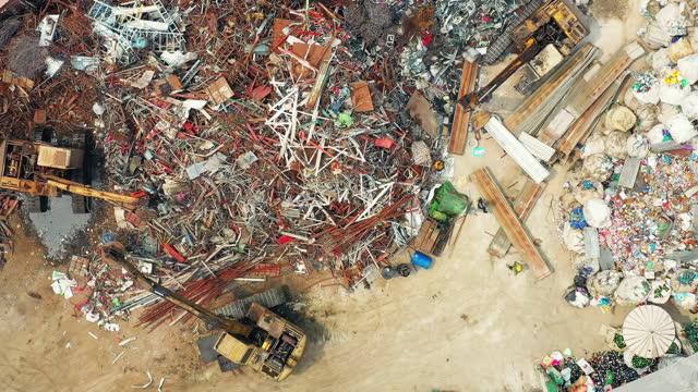 発掘車両と作業員を持つリサイクル産業工場の航空写真 - ダンプカー点の映像素材/bロール