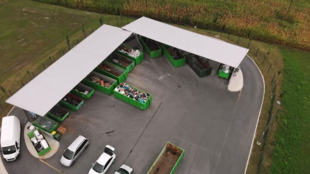stockvideo's en b-roll-footage met luchtfoto van recycling center - organisatie