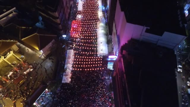 aerial view of red lanterns during chinese new year celebrations in chinatown section of bangkok thailand no - chinesisches laternenfest stock-videos und b-roll-filmmaterial