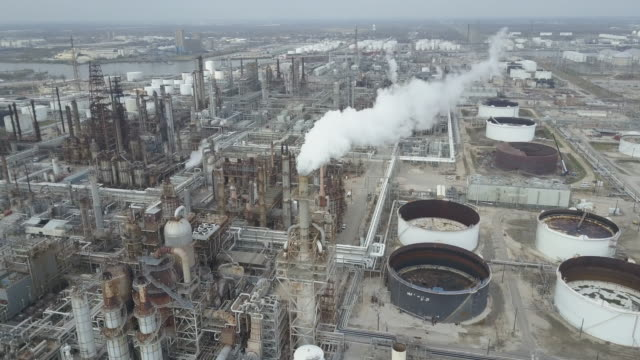 aerial view of refineries and storage on the buffalo bayou in houston texas. - golfküstenstaaten stock-videos und b-roll-filmmaterial
