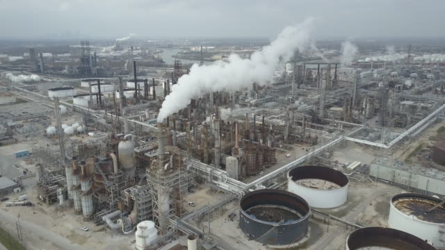 stockvideo's en b-roll-footage met aerial view of refineries and storage on the buffalo bayou in houston texas - gulf coast states