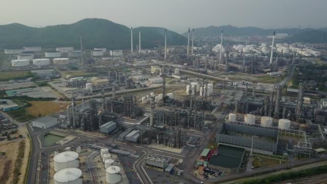 vídeos de stock, filmes e b-roll de vista aérea do complexo de planta de refinaria - válvula vaso sanguíneo