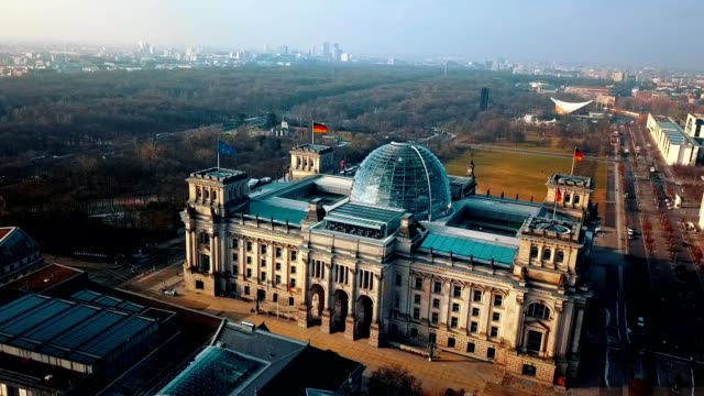 vídeos de stock e filmes b-roll de aerial view of reichstag - berlin parliament building in germany - berlim