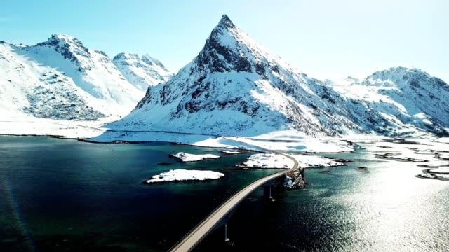 luftaufnahme der landschaft von reine in norwegen - brücke stock-videos und b-roll-filmmaterial