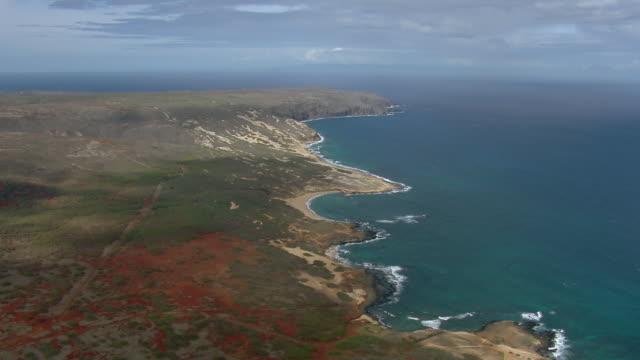 vídeos y material grabado en eventos de stock de aerial view of remote uninhabited coast of mo'omomi nature conservancy on the northwest coast of molokai, hawaii. - the nature conservancy