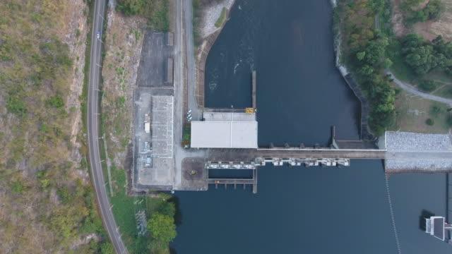 stockvideo's en b-roll-footage met luchtmening van reservoir en dam met weg op rand met drone - stuwmeer