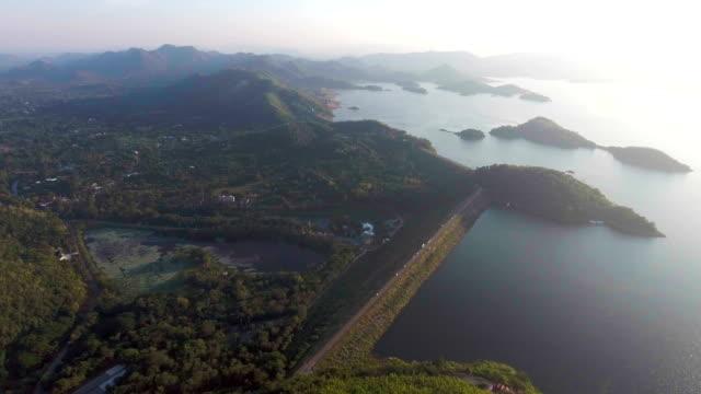 vidéos et rushes de vue aérienne du réservoir et le barrage avec le chemin sur le bord avec le drone, thaïlande - énergie hydrolienne