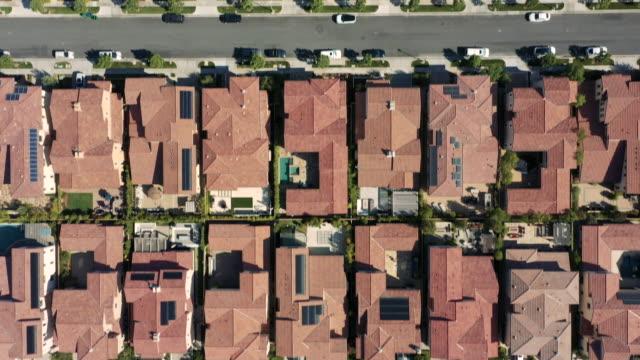 vidéos et rushes de 4k vue aérienne des résidences en milieu urbain pendant la journée - century city