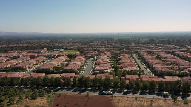 4k luftaufnahme von wohnorten in einer städtischen umgebung während des tages - südkalifornien stock-videos und b-roll-filmmaterial