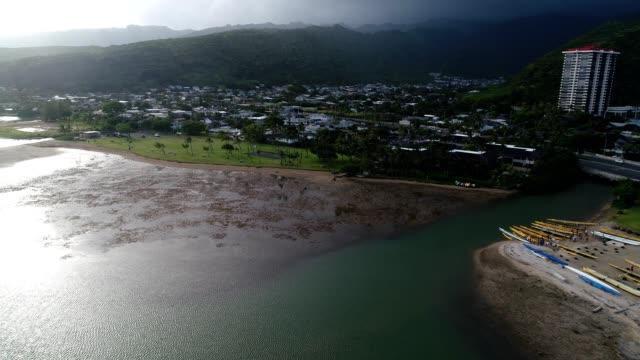 aerial view of residences on a beach of honolulu hawaii - honolulu stock videos and b-roll footage