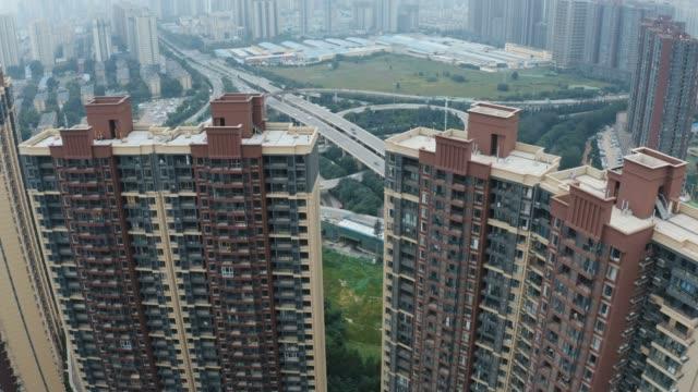vídeos y material grabado en eventos de stock de vista aérea de la zona residencial y el tráfico en el paso elevado - piso de edificio