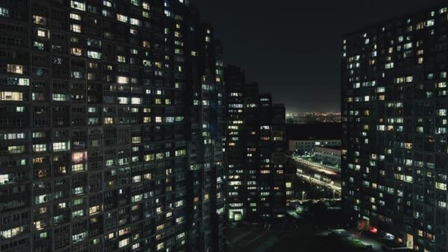 vídeos y material grabado en eventos de stock de t/l pan vista aérea de la zona residencial en la noche/pekín, china - t mobile