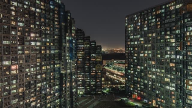 vidéos et rushes de t/l ha tu vue aérienne de la zone résidentielle la nuit/pékin, chine - explosion démographique