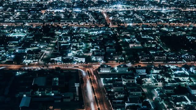 vídeos y material grabado en eventos de stock de vista aérea t/l pan de la zona residencial por la noche / dubái, eau - piso de edificio